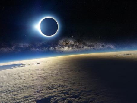 Космический аппарат DSCOVR запечатлел, как тень Луны скользит по залитой солнечным светом поверхност
