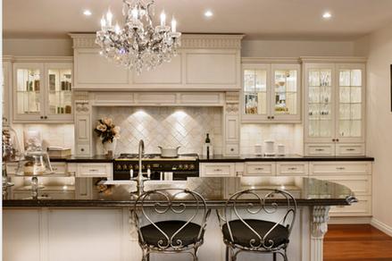 Хрустальная люстра на кухне
