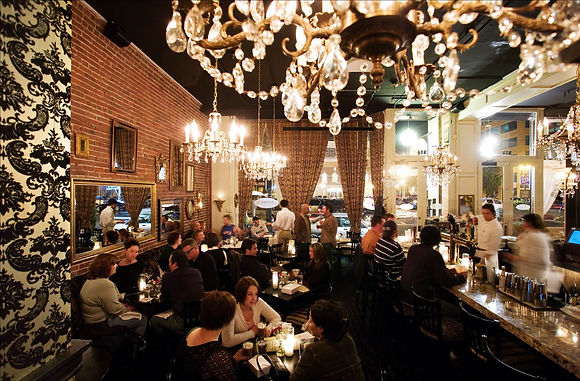 освещение интерьере ресторана хрусталем
