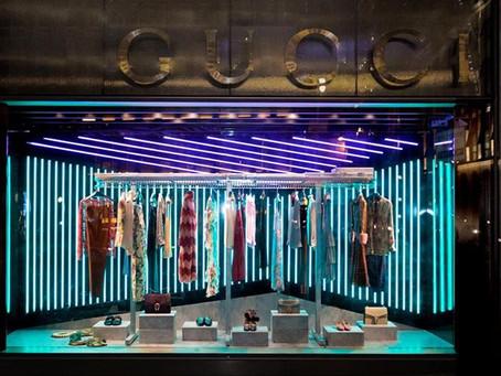 Gucci оформили витрины бирюзовыми и фиолетовыми LED-светильниками
