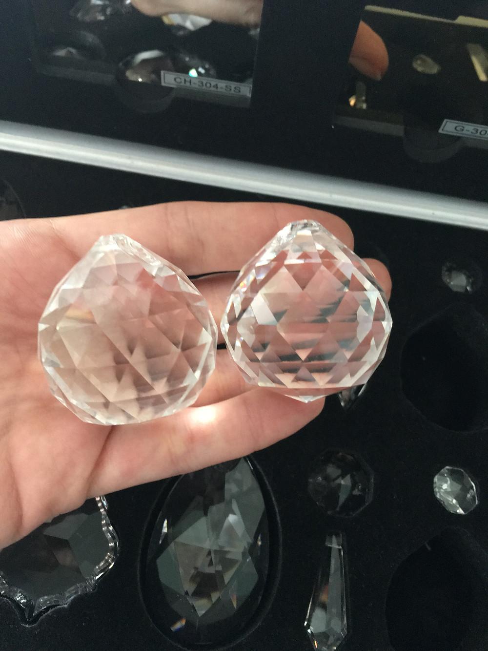 Слева - китайские кристаллы К9, справа - египетские Asfour.