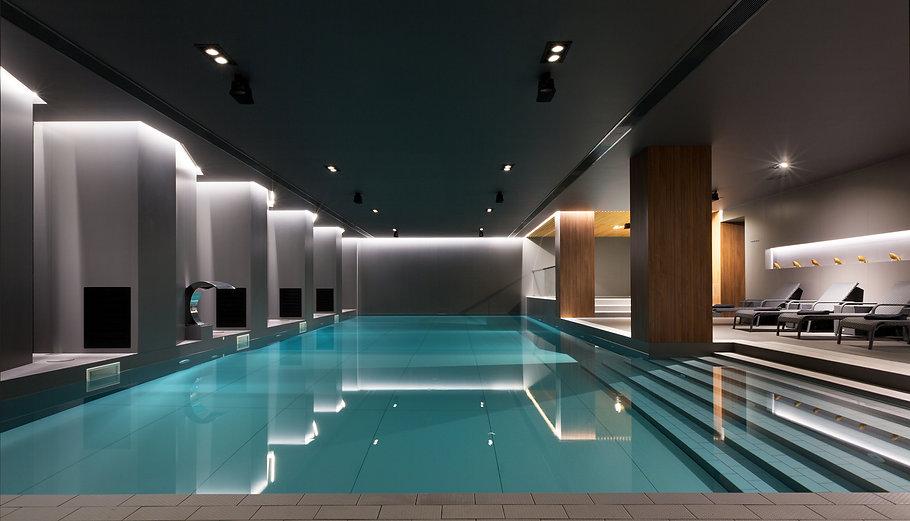 Освещение бассейна в отеле