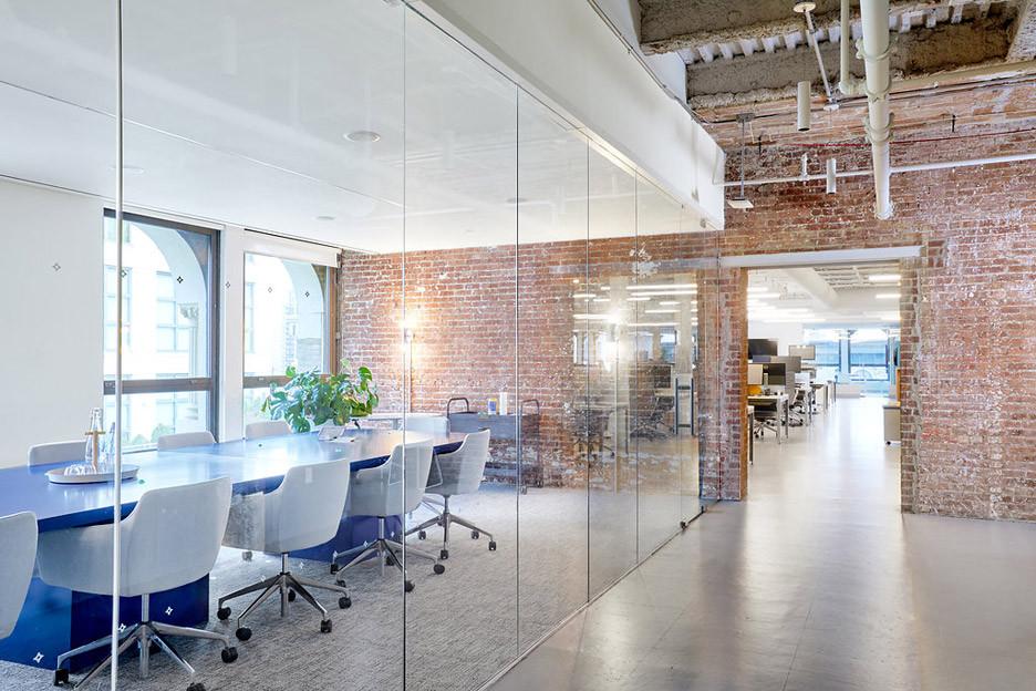 Освещение стеклянных переговорных в офисе
