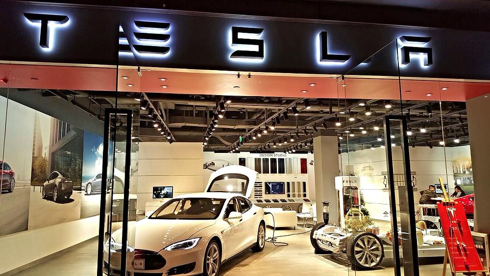Verluisant Lighting Tesla Motors