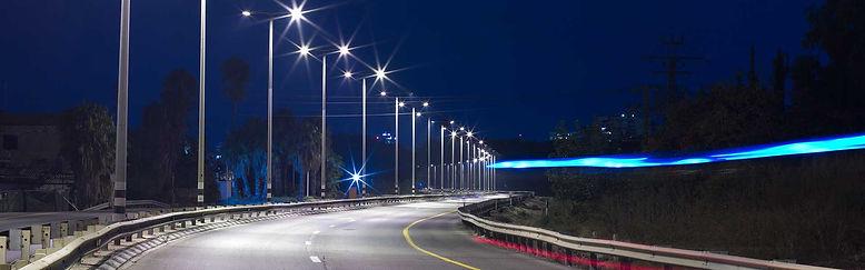Яркое освещение дороги