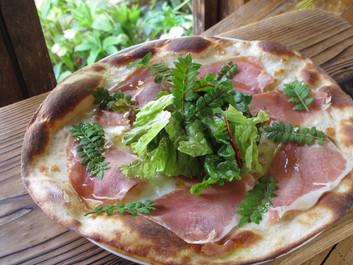 山椒の葉と生ハムのサラダピザ