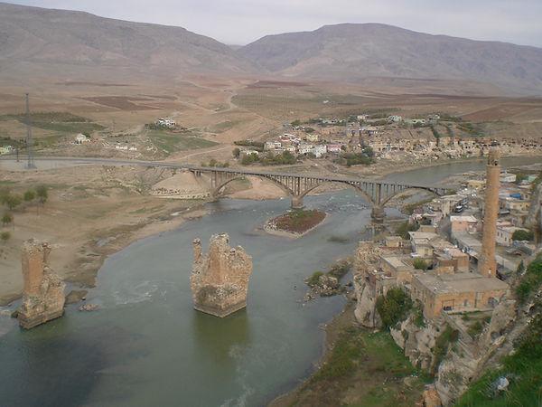 Hasankeyf Kalesiden Dicle Nehri ve tarihi köprü