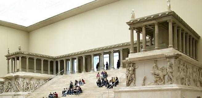 Zeus_Altarı_Berlin_Müzesi.jpg