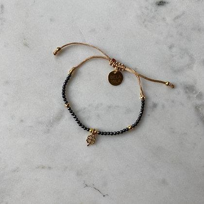 Bransoletka z hematytu ze złotą koniczynką