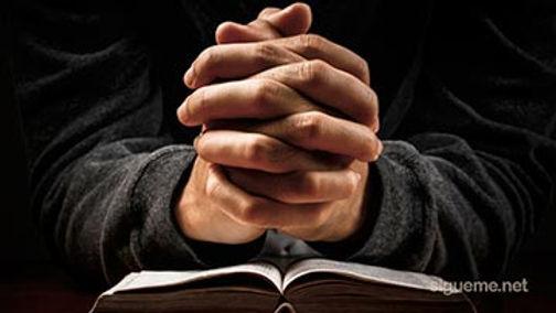 orar-a-dios-con-la-biblia.jpg