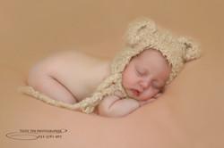צילום תינוקת ישנה עם כובע מתוק