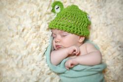 צילום תינוק עם כובע של צפרדע