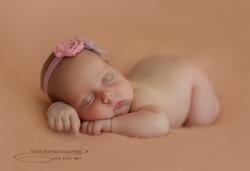 צילום תינוקת עם הטוסיק למעלה