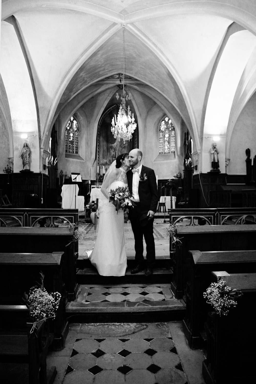 mariage-eglise-couple-sortie