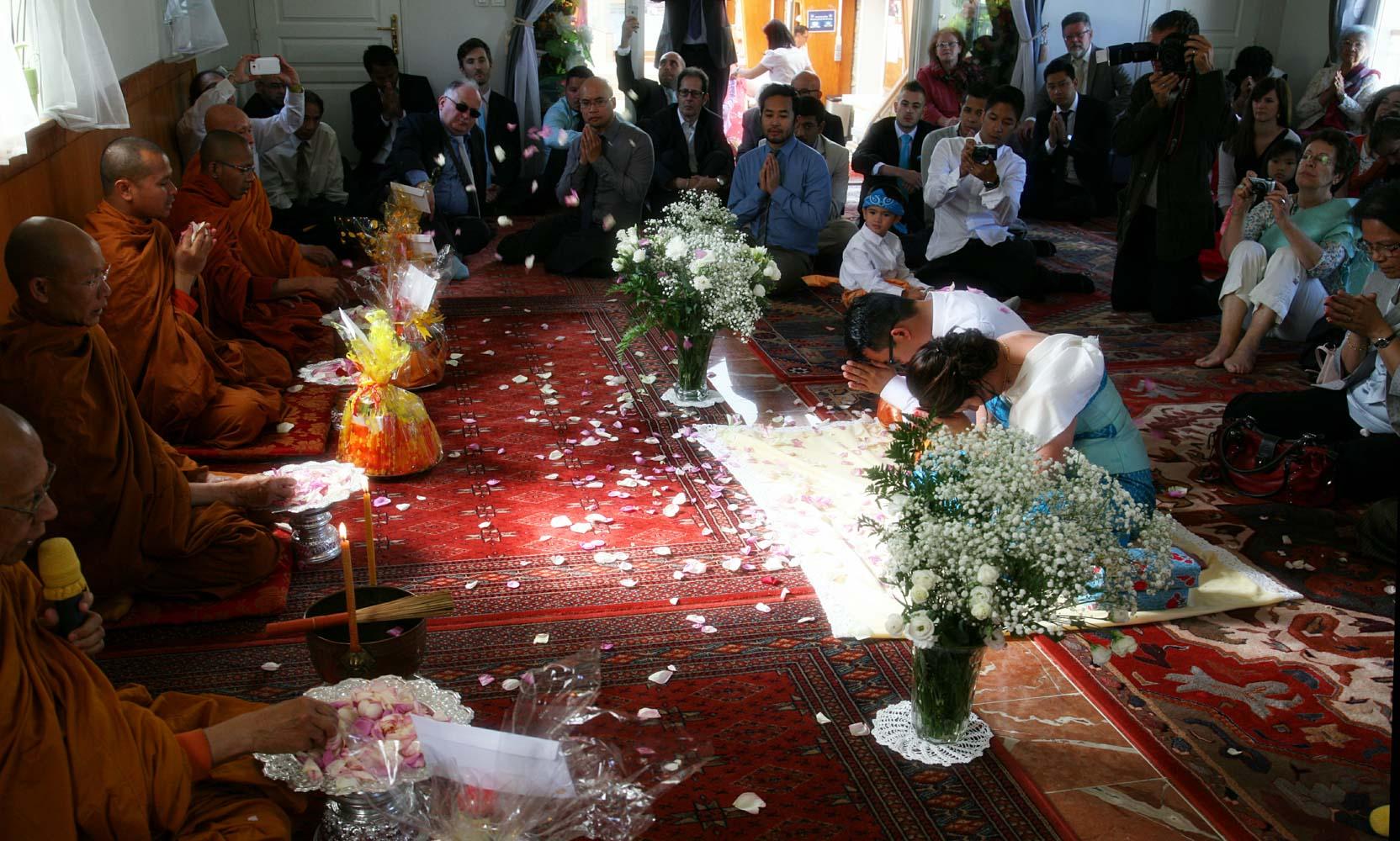 mariage-ceremonie-bouddhiste-petale