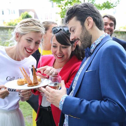 Reportage photo d'un étonnant mariage rétro typiquement parisien au musée de Montmartre près des vignes, Paris.Reportage photo d'un étonnant mariage rétro typiquement parisien au musée de Montmartre près des vignes, Paris.