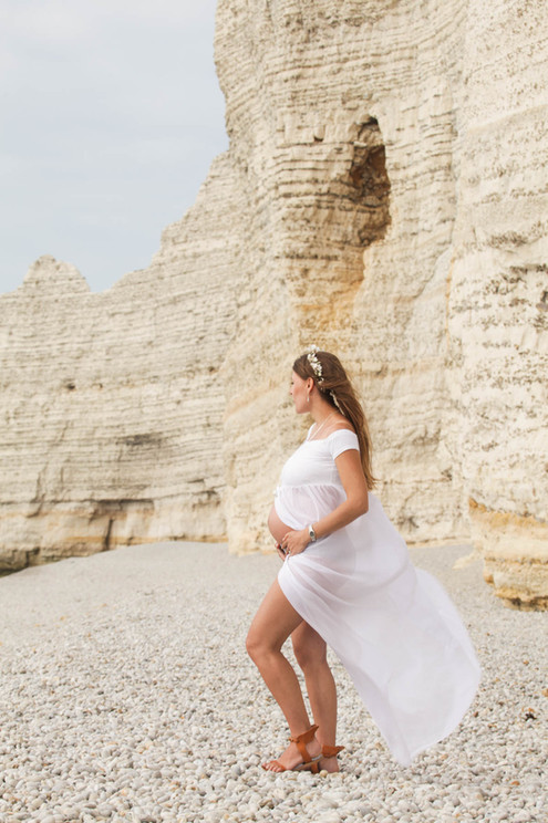 Séance photo de grossesse sur la plage d'Étretat