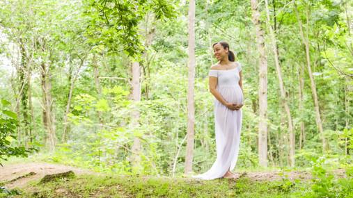 Séance photo de grossesse en forêt