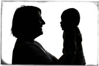 bébé et maman en contre jour