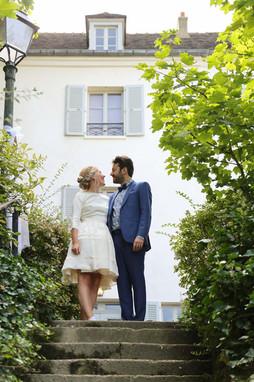 mariage rétro typiquement parisien au musée de Montmartre près des vignes, Paris.