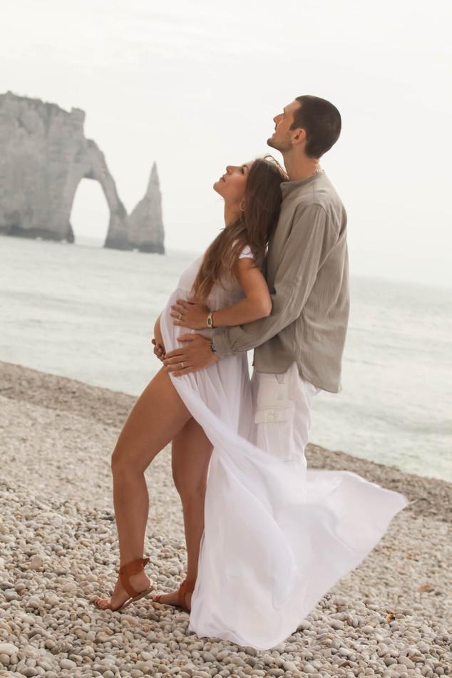 photo de grossesse sur la plage d'Étretat