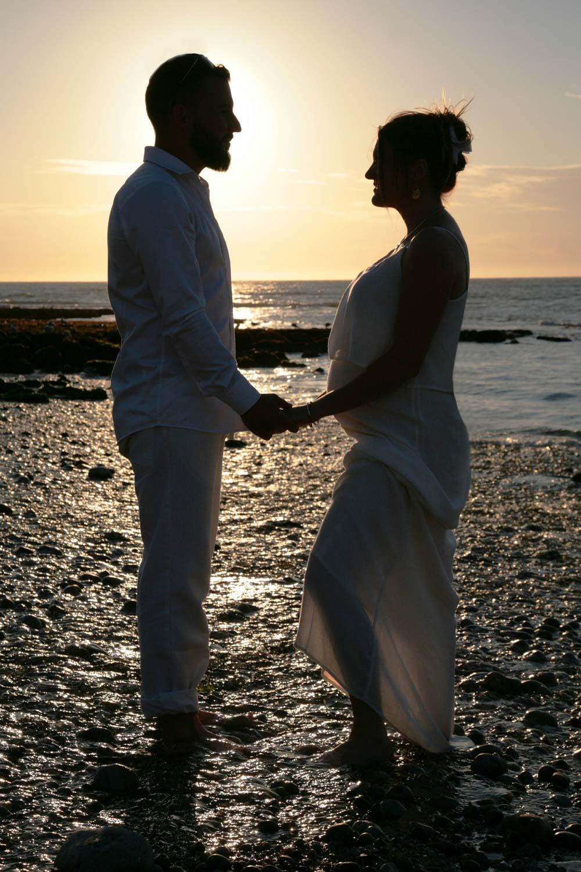 portrait-couple-etretat-plage-grossesse