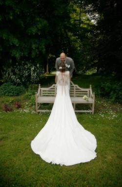 mariage-chateau-de-belmesnil-couple-robe-parc
