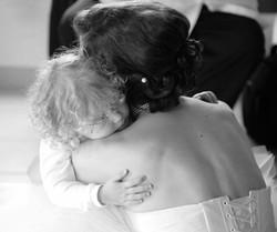 mariage-mariee-enfant-calin