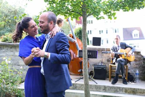 Reportage photo d'un étonnant mariage rétro typiquement parisien au musée de Montmartre près des vignes, Paris.