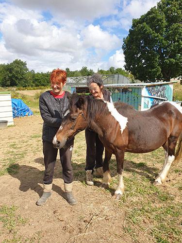 Corinne, salariée en insertion, a entamé une thérapie animale aux Jardins de Cocagne de Fleurance, avec l'aide de Françoise, cheffe de culture et encadrante maraîchère