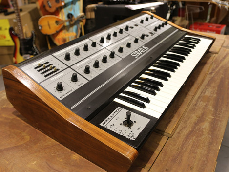 Begagnad Crumar Stratus analog polysynt 1982, 9999:-