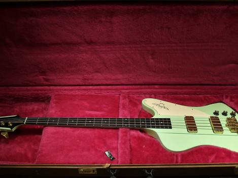 Begagnad Custom Shop tillverkad Gibson Thunderbird från 1991 hos Musikbörsen i Göteborg
