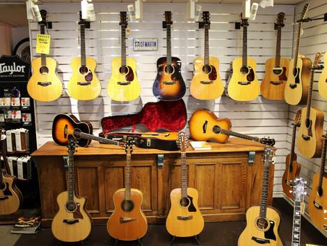 Nu har vi många fina begagnade akustiska kvalitetsgitarrer.