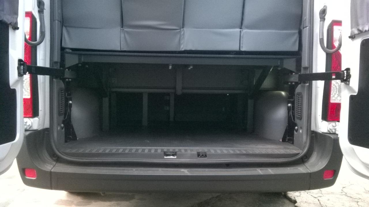 Amplo bagageiro traseiro