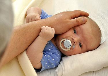 אבא מלטף תינוק.jpg