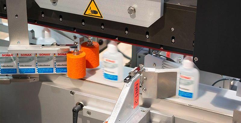 b+b entwickelt vollautomatisches Etikettiersystem zur Etikettierung von Formflaschen von SONAX