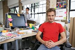 Дизайнер в студии