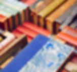 Красочная куча старых книг