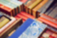 Pila colorida de libros viejos