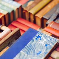 Bunte Stapel der alten Bücher