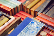 Pile colorée de livres anciens