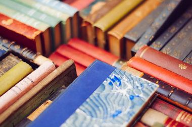 Pilha colorida de livros velhos