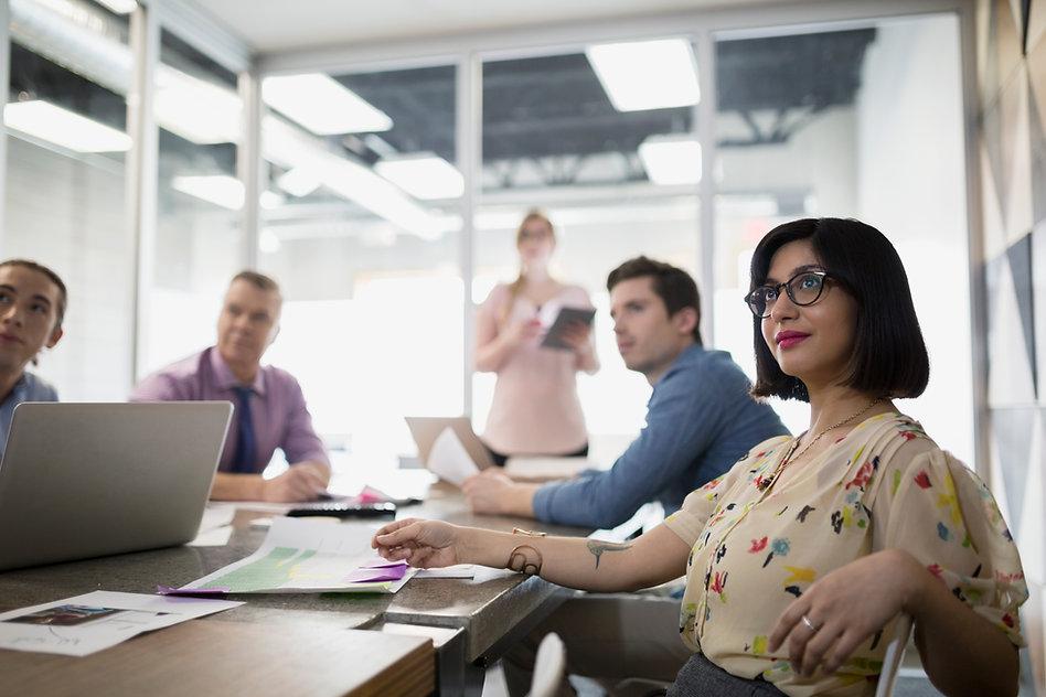 Grupo de personas viendo una presentación