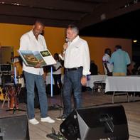 Remise des Prix à Marie-Galante, M. Pochon, Président de Grand Pavois Organisation, remettant un receuil sur la Charente Maritime à M. Ary Chalus, Président de la Région Guadeloupe