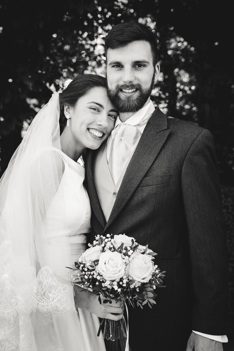 Mariés heureux bouquet de fleur