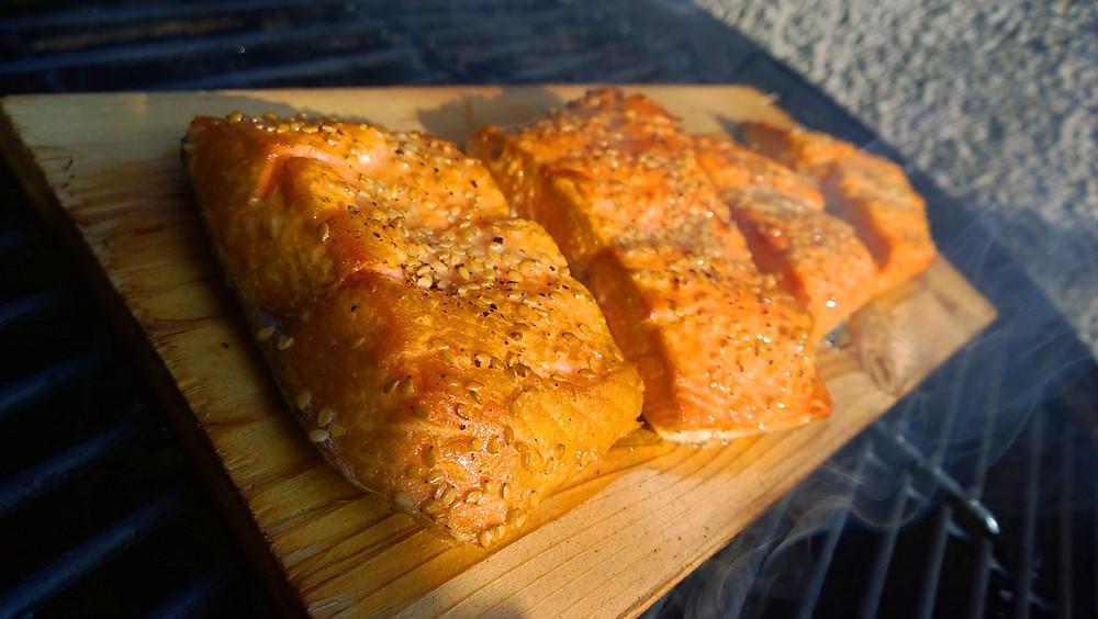Salmone con crema di fave su placca di cedro