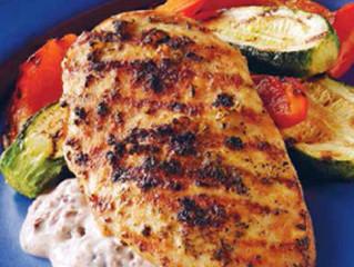 Petti di pollo al rosmarino con aioli alle olive nere
