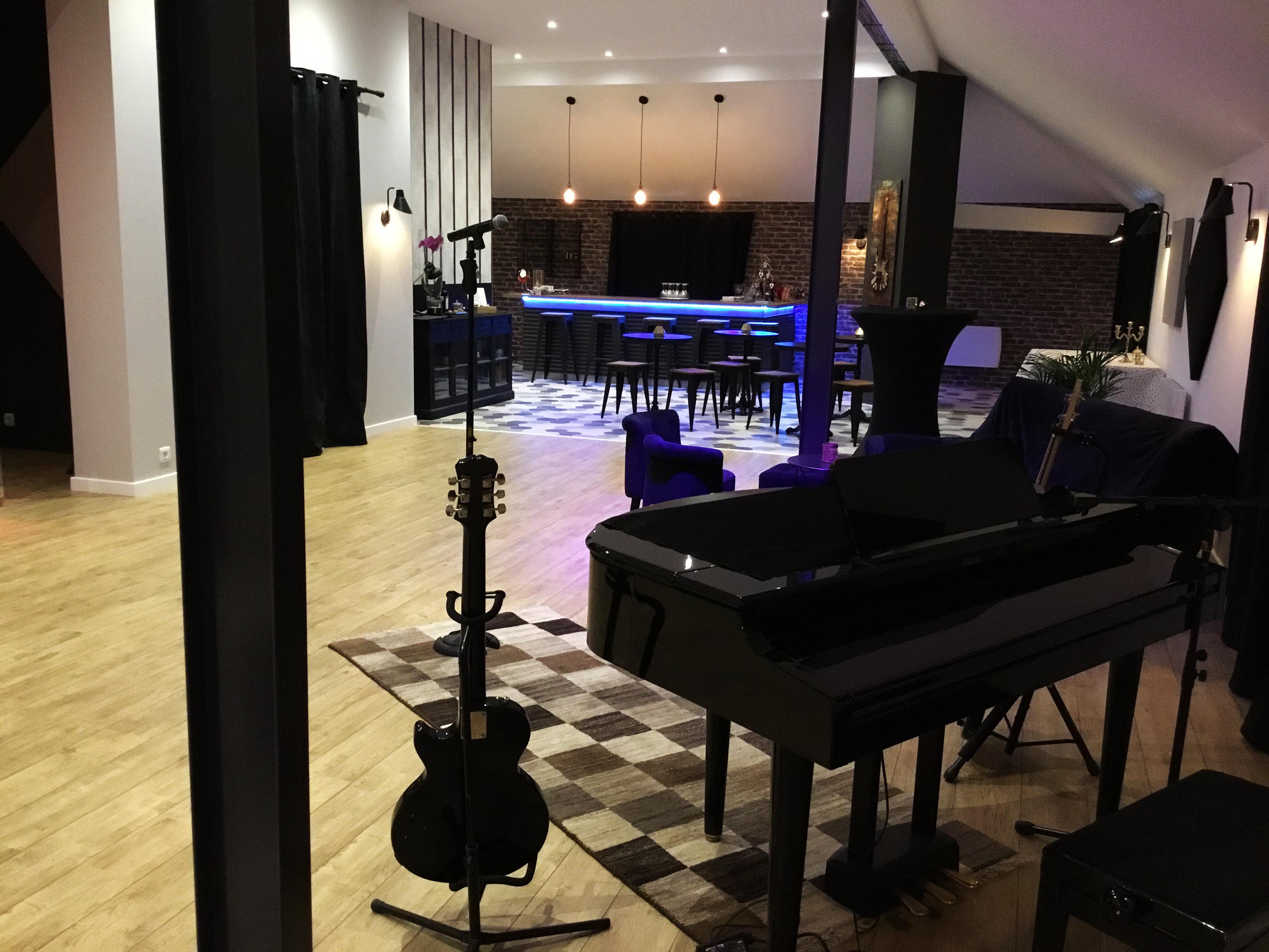 DERRIERE PIANO