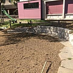 Hügelbeet mit Kalksteinmauer