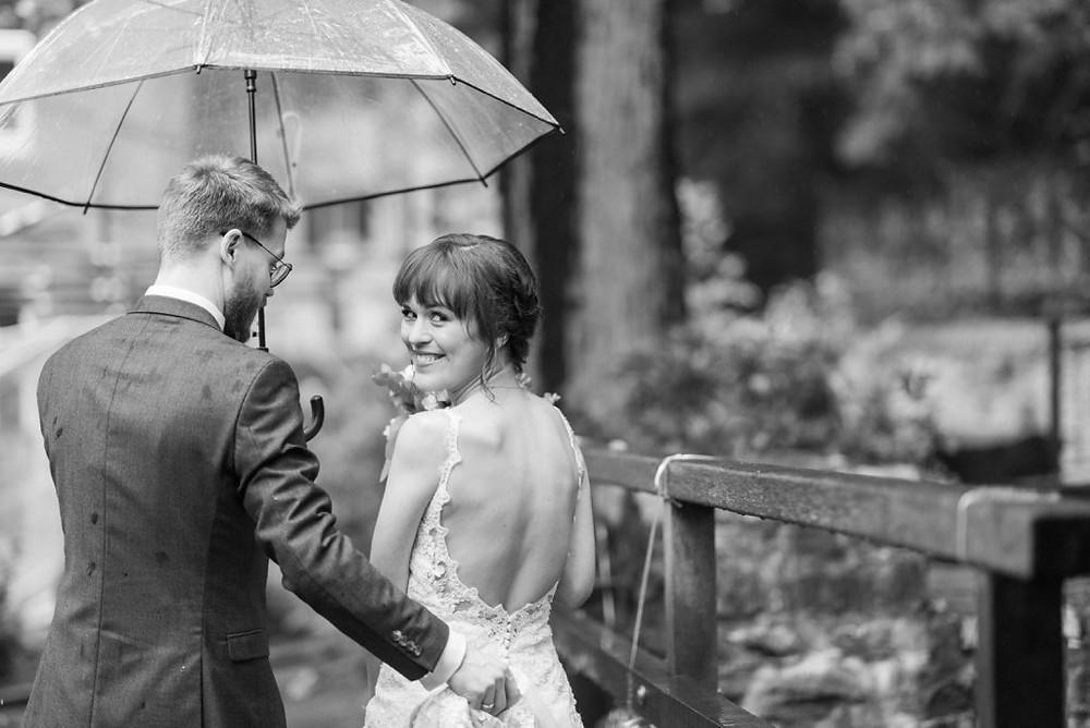 Brautpaar im Regen liebevoll! in der Auermühle